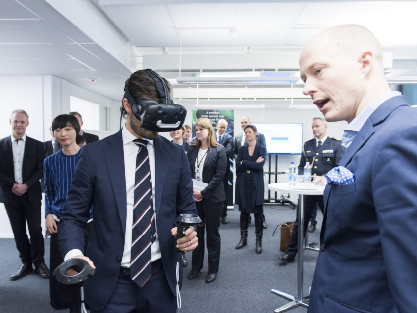 Prince Carl Philip had the chance to experience virtual reality, a demo led by Jakob Johansson, CEO Gleechi. Photo: Jonas Bilberg