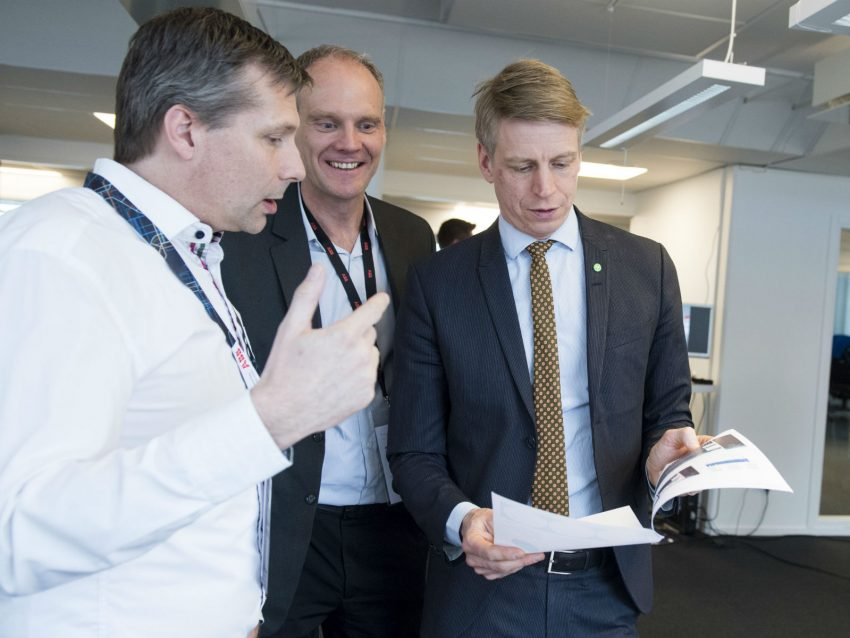 Tobias Forngren, left, explaining the Freelway concept to Per Bolund, Minister for Financial Markets and Consumer Affairs. In the middle, Peter Löfgren, CEO SynerLeap.